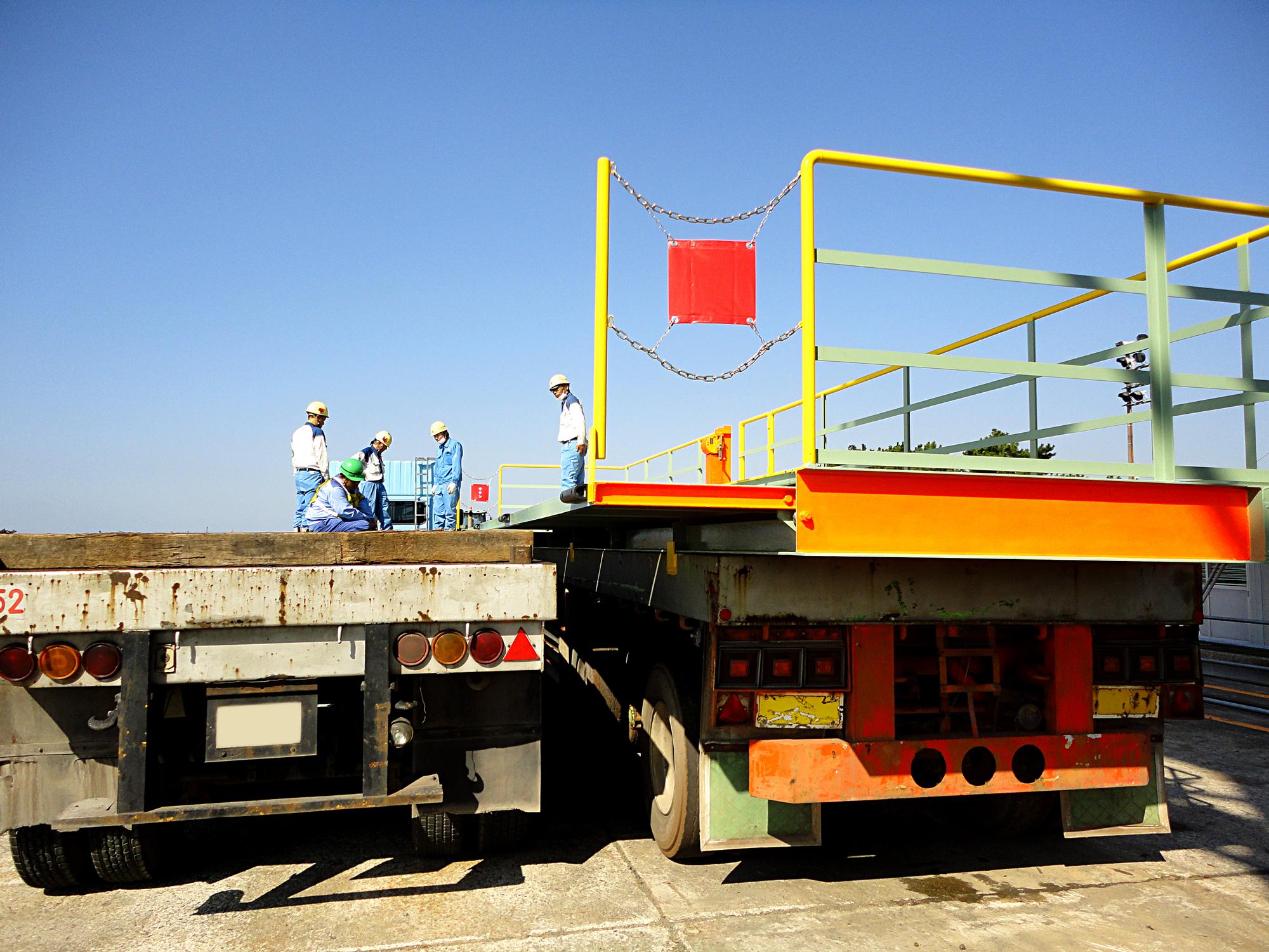 荷役業務における各種安全対策機器、安全作業台の設計・製作、クレーンの改造・補修・点検 大阪、大正区の大和電機工業の転落防止設備